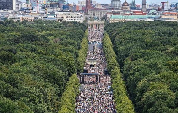 ბერლინში ათასობით ადამიანმა კორონავირუსის გამო დაწესებული შეზღუდვები გააპროტესტა