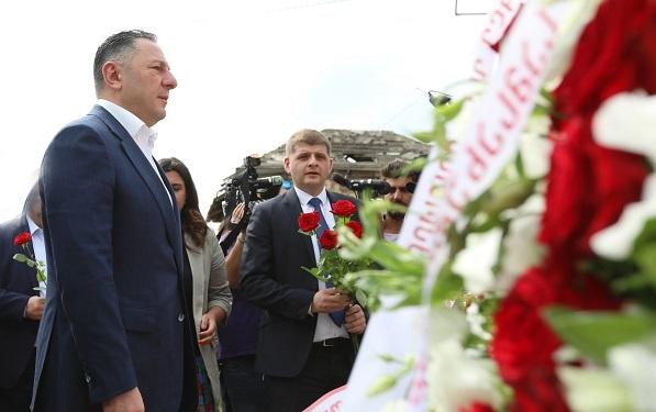 შს მინისტრმა, სუს-ის უფროსთან ერთად, შინდისის გმირთა ხსოვნას პატივი მიაგო და 17 გმირის საფლავი გვირგვინით შეამკო