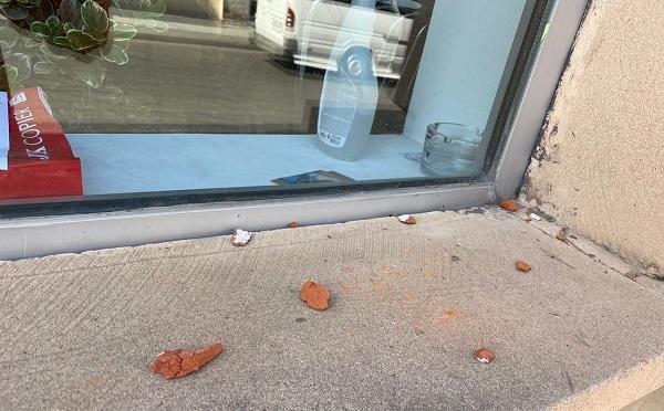 ქუთაისში ოთარ კახიძის ოფისს ქვები ესროლეს და ბანერი დააზიანეს