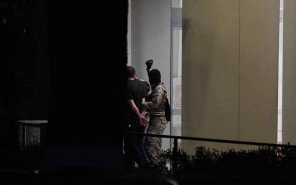 """ხელყუმბარით შეიარაღებულმა ტერორისტმა """"საქართველოს ბანკის"""" შენობა სამ მძევალთან ერთად დატოვა"""