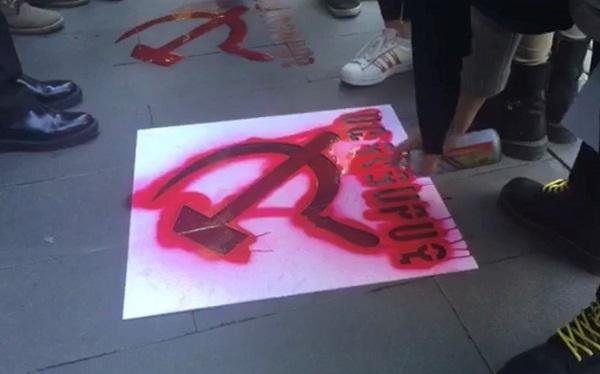 აქტივისტებმა საგარეო საქმეთა სამინისტროსა და პარლამენტთან ნამგალი და ურო დახატეს