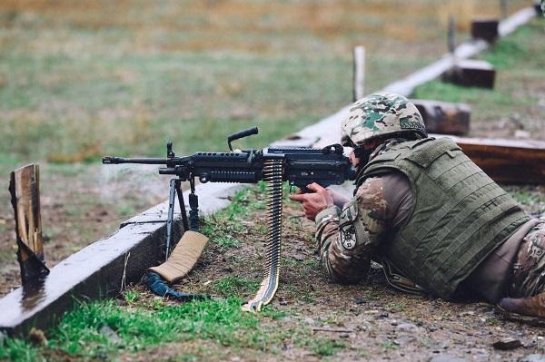 სამხედროებმა ამერიკული ხელის ტყვიამფრქვევის M-249 ექსპლუატაციის კურსი დაასრულეს