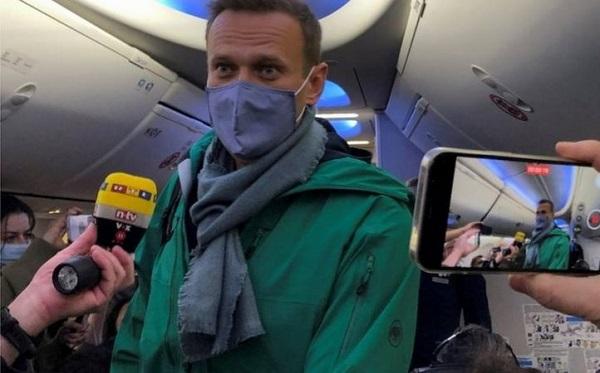 ვნუკოვოს აეროპორტში ალექსეი ნავალნის მხარდამჭერები ელოდებიან