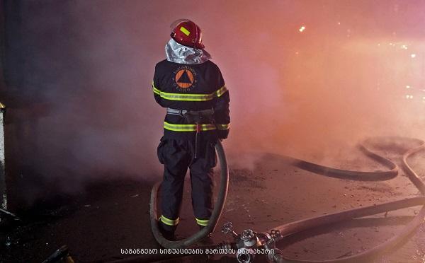 თბილისში სამშენებლო მასალების მაღაზიას ცეცხლი უკიდია