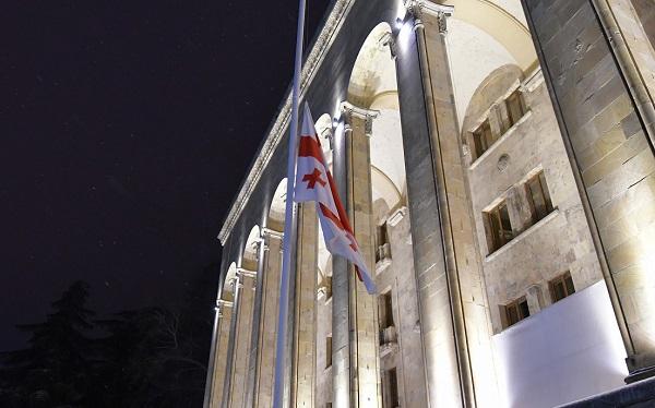 საბჭოთა ოკუპაციის დღესთან დაკავშირებით პარლამენტის შენობაზე სახელმწიფო დროშა დაუშვეს