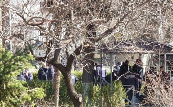 მთავრობის ადმინისტრაციის ეზოში სამართალდამცველები არიან მობილიზებული