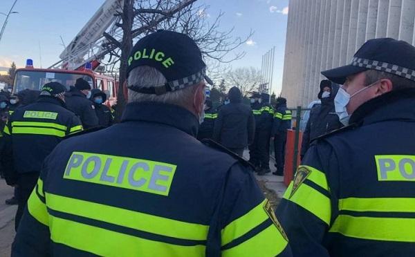 """""""ნაციონალური მოძრაობის"""" ოფისთან 21 ადამიანი დააკავეს"""