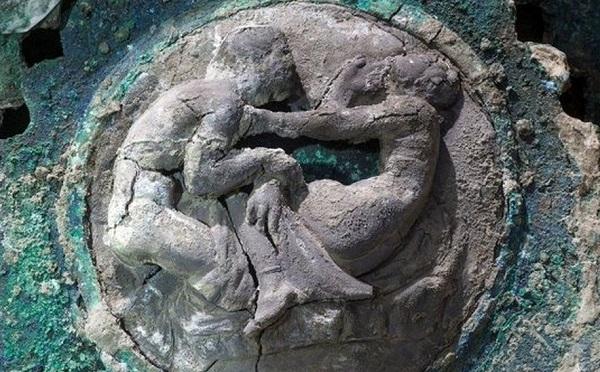 პომპეიში არქეოლოგებმა სრულად შენარჩუნებული ოთხბორბლიანი ეტლი აღმოაჩინეს | ფოტოები