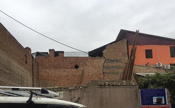 თბილისში ორსართულიან სახლს აგურები სცვივა, 6 ოჯახი საფრთხის ქვეშაა