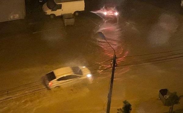 დიდ დიღომში ძლიერი წვიმის გამო ქუჩები დაიტბორა