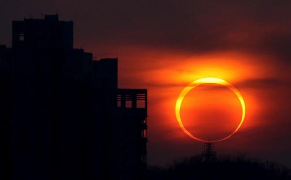 დედამიწის მოსახლეობის ნაწილი დღეს მზის დაბნელებას იხილავს