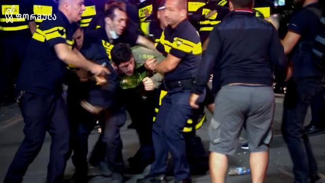ძალადობრივმა ჯგუფებმა პოლიციას წინააღმდეგობა გაუწიეს და  კორდონის გარღვევა სცადეს