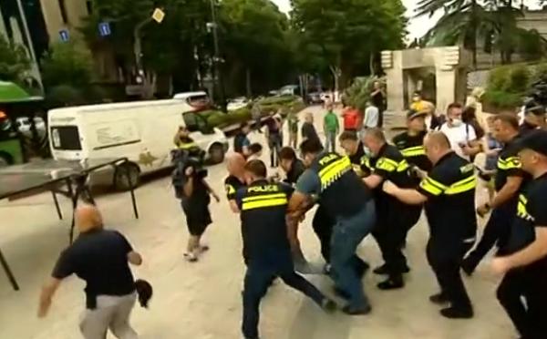 პოლიციამ  რუსთაველის გაზირზე რამდენიმე ადამიანი დააკავა