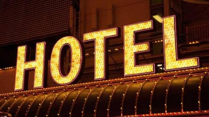 2020 წლის მონაცემებით, სასტუმროების და სასტუმროს ტიპის დაწესებულებების 99.2 პროცენტი კერძო საკუთრებაში იყო, ხოლო 0.8 პროცენტი - სახელმწიფო საკუთრებაში