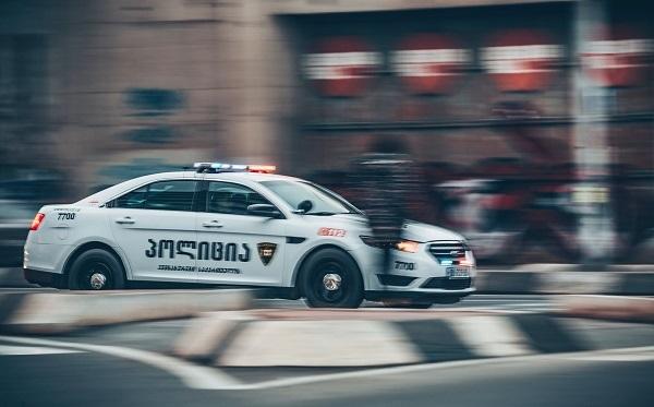 პოლიციამ ჯანმრთელობის განზრახ მძიმე დაზიანების ბრალდებით ამბროლაურში ერთი პირი დააკავა