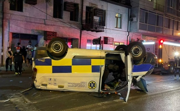 თბილისში სასწრაფო დახმარების მანქანა ამობრუნდა