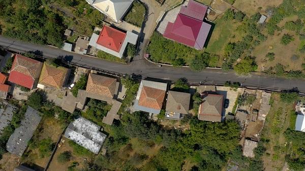 26 მაისისა და აღმაშენებლის ქუჩის მონაკვეთებზე ასფალტის საფარი დაიგო
