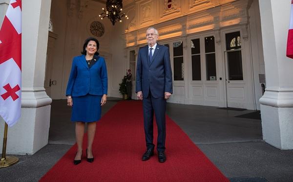 ავსტრიის პრეზიდენტის სასახლეში სალომე ზურაბიშვილის დახვედრის ოფიციალური ცერემონია გაიმართა