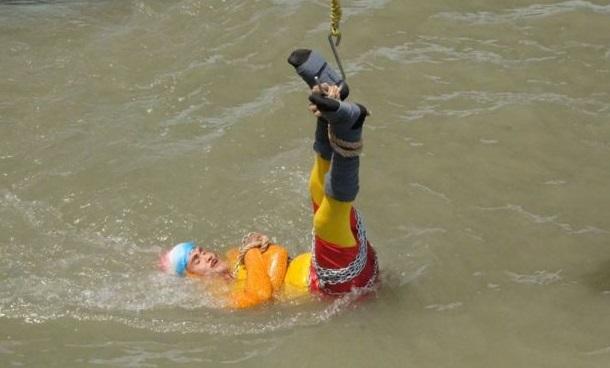 ინდოელი ილუზიონისტი, რომელიც წყალში ჯაჭვებით დაბმული ჩავიდა დაიღუპა
